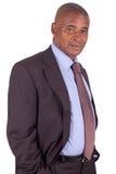 Amerykańska biznesowego mężczyzna pozycja na biel z krawatem Obrazy Royalty Free