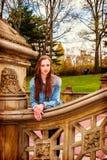 Amerykańska nastoletnia dziewczyna podróżuje przy central park w Nowy Jork Zdjęcie Stock