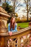 Amerykańska nastoletnia dziewczyna podróżuje przy central park w Nowy Jork Fotografia Stock