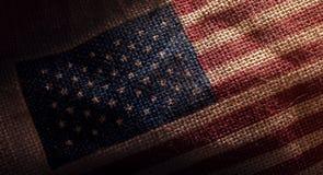 Amerykańska usa flaga drukująca na Ciemnym Grunge Burlap worku, zbliżenie s zdjęcia royalty free