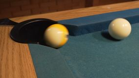 Amerykański basen strzału dziewięć piłka iść w bilardowej kieszeni zdjęcie wideo
