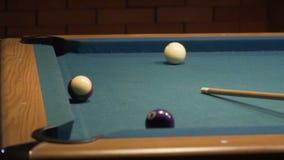 Amerykański basen strzału dziewięć piłka iść w bilardowej kieszeni 120fps zdjęcie wideo