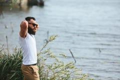 Amerykański Brodaty mężczyzna dotyka jego brodę obrazy stock