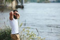 Amerykański Brodaty mężczyzna dotyka jego brodę zdjęcia royalty free
