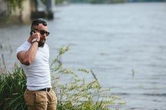 Amerykański Brodaty mężczyzna dotyka jego brodę fotografia stock