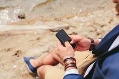 Amerykański Brodaty mężczyzna używa telefon blisko rzeki Zdjęcie Royalty Free