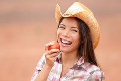 Amerykański cowgirl łasowania brzoskwini ono uśmiecha się szczęśliwy Obraz Stock