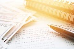 Amerykański dolar gotówki pieniądze, notatnika papier, pióro i obrachunkowy passbook, sprawozdanie finansowe na biurowego biurka  Obraz Royalty Free