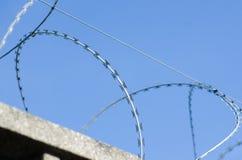 Amerykański drutu kolczastego ogrodzenie z ostrzami i ostrze punktami, obrazy royalty free