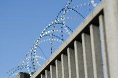 Amerykański drutu kolczastego ogrodzenie z ostrzami i ostrze punktami, obraz stock