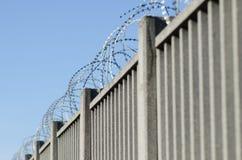 Amerykański drutu kolczastego ogrodzenie z ostrzami i ostrze punktami, zdjęcie royalty free