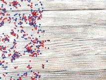 Amerykański dzień niepodległości, świętowanie, patriotyzm i wakacje pojęcie, - flaga i gwiazdy na 4th Lipa przyjęcie na wierzchoł zdjęcia stock