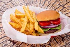 Amerykański hamburger z świeżymi warzywami zdjęcia royalty free