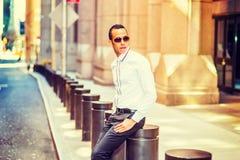 Amerykański mężczyzna Relaksuje na ulicie w Nowy Jork Zdjęcie Stock