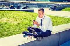Amerykański mężczyzna Texting Outside w Nowy Jork Obraz Royalty Free
