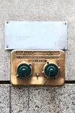 Amerykański mosiężny standpipe z dwa zielonymi nakrętkami i łańcuch na betonowej ścianie nowy Jork USA Fotografia Royalty Free