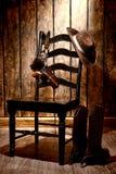 Amerykański Zachodni legenda kowbojski kapelusz, pistolet na krześle i Obrazy Royalty Free