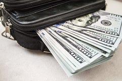 100 Amerykańskich dolarów obrazków w torbie, dolarów obrazki w pieniądze portflu, Zdjęcia Stock