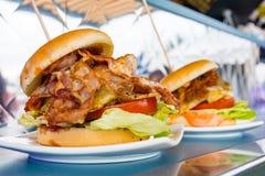 Amerykańskiego BBQ hamburgeru Bekonowy Retro Stylowy chrom zdjęcia royalty free