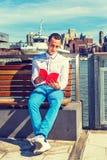 Amerykańskiego mężczyzna Czytelnicza książka Outside w Nowy Jork Fotografia Royalty Free