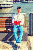 Amerykańskiego mężczyzna Czytelnicza książka Outside w Nowy Jork Obrazy Stock