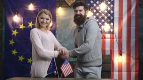 Amerykańskiej ręki potrząsalna europejska ręka na tle amerykanina i euro flagi Amerykańska i europejska przyjaźń zbiory