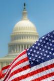 amerykańska flaga jest u kapitolu S capitol Zdjęcia Stock
