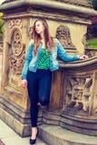 Amerykańska nastoletnia dziewczyna Brakuje Ciebie przy central park w Nowy Jork Obraz Royalty Free