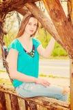 Amerykańska nastoletnia dziewczyna relaksuje przy central park w Nowy Jork w sp Zdjęcie Royalty Free
