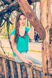 Amerykańska nastoletnia dziewczyna relaksuje przy central park w Nowy Jork w sp Obrazy Stock