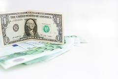 Ameryka?ski dolarowy zbli?enie b??kitni euro pieni?dzy banknoty butelki poj?cia dolarowi pieni?dze oszcz?dzania Euro got?wka na b obraz stock