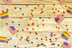Ameryka?skie mine i duma flagi k?amaj? na drewnianym tle, odg?rnym widoku, szablonie dla zaprosze? i plakatach, Akceptacja symbol obrazy royalty free