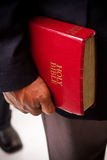 Amerykan Afrykańskiego Pochodzenia biznesmeni trzyma biblię Zdjęcie Royalty Free