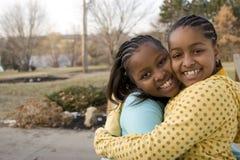 Amerykan Afrykańskiego Pochodzenia najlepszych przyjaciół i siostr śmiać się Obrazy Royalty Free