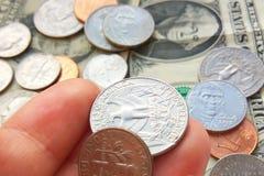 Amerykanin ćwiartka, grosz monety w ręce na dolarowym usa tle zdjęcie royalty free