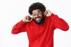 Amerykanin afrykańskiego pochodzenia brodaty facet grimacing w czerwonym hoodie, zakończenie przygląda się intensywnego ząb i zac zdjęcie royalty free