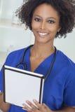 Amerykanin Afrykańskiego Pochodzenia Żeńska Kobiety Lekarka & Komputer Fotografia Stock