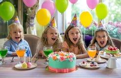 amerykanin afrykańskiego pochodzenia balonów piękny urodzinowy tort świętuje czekoladowego filiżanki podłoga dziewczyny mienia do Obraz Stock