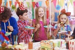 amerykanin afrykańskiego pochodzenia balonów piękny urodzinowy tort świętuje czekoladowego filiżanki podłoga dziewczyny mienia do Zdjęcia Royalty Free