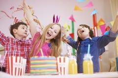 amerykanin afrykańskiego pochodzenia balonów piękny urodzinowy tort świętuje czekoladowego filiżanki podłoga dziewczyny mienia do Fotografia Stock