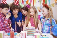 amerykanin afrykańskiego pochodzenia balonów piękny urodzinowy tort świętuje czekoladowego filiżanki podłoga dziewczyny mienia do Fotografia Royalty Free