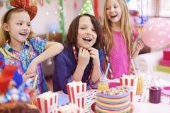 amerykanin afrykańskiego pochodzenia balonów piękny urodzinowy tort świętuje czekoladowego filiżanki podłoga dziewczyny mienia do Obraz Royalty Free