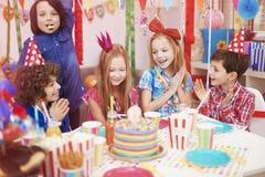 amerykanin afrykańskiego pochodzenia balonów piękny urodzinowy tort świętuje czekoladowego filiżanki podłoga dziewczyny mienia do Obrazy Royalty Free