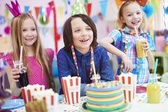amerykanin afrykańskiego pochodzenia balonów piękny urodzinowy tort świętuje czekoladowego filiżanki podłoga dziewczyny mienia do Zdjęcie Stock