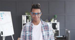 Amerykanin afrykańskiego pochodzenia biznesmen ono uśmiecha się przy biurem zbiory