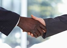 amerykanin afrykańskiego pochodzenia biznesmen wręcza chwianie Obraz Royalty Free