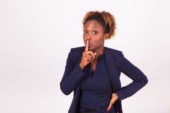 Amerykanin Afrykańskiego Pochodzenia biznesowa kobieta robi cisza gestowi z ona fotografia royalty free