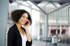 Amerykanin afrykańskiego pochodzenia biznesowa kobieta słucha telefon komórkowy obraz stock
