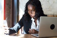 Amerykanin afrykańskiego pochodzenia biznesowa kobieta w kawiarni obrazy royalty free