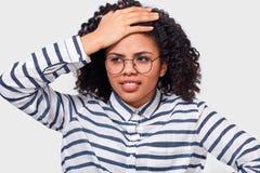 Amerykanin Afrykańskiego Pochodzenia bizneswoman dylemata wyrażenie, marszczy brwi kamera, jej twarz i patrzeć obraz stock